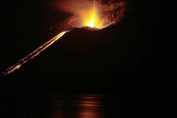 Starša in enajstletnik so danes umrli pri zdrsu ob vulkanskem  kraterju Solfatara v italijanskem mestu Pozzuli pri Neaplju na  jugu države.