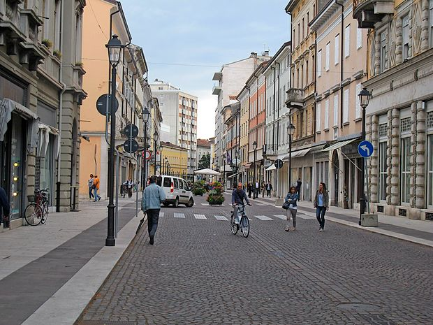 Iz trgovine na Verdijevem korzu v Gorici so ukradli torbice.