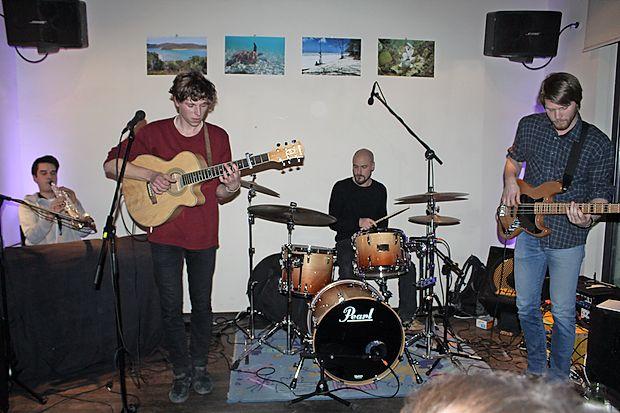 Jakob Kobal (drugi z leve) je s svojim bendom pred odhodom  na Eurosonic nastopil v idrijski Kavarni.