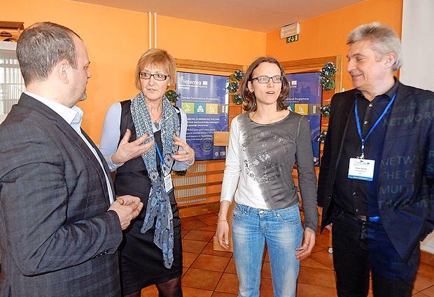 Vesna Kozar (druga z desne) in Maša Klavora s tolminskim  županom Urošem Brežanom (prvi z desne) in Holgerjem  Bienzlerjem.