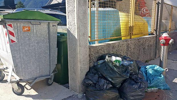 Nekateri se poskušajo smeti znebiti na sporen način, saj jih  odlagajo kar v zabojnike sosedov, na cesto ali pa v ekološke  otoke.