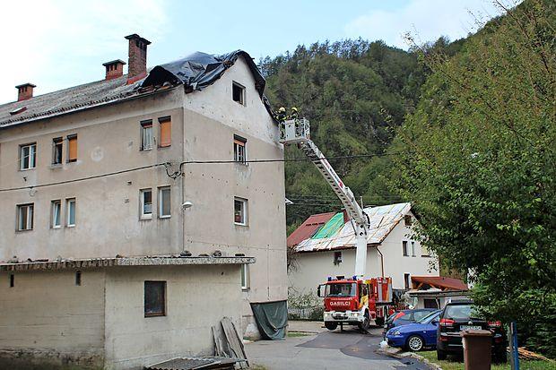 V Spodnji Idriji so znova prekrivali streho, ki jo je veter odkril  že v nedeljo.