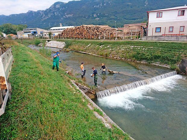 Delavci ajdovske komunale in poklicni gasilci so v enodnevni  čistilni akciji iz Hublja in Lokavščka potegnili 1,6 tone  odpadkov.