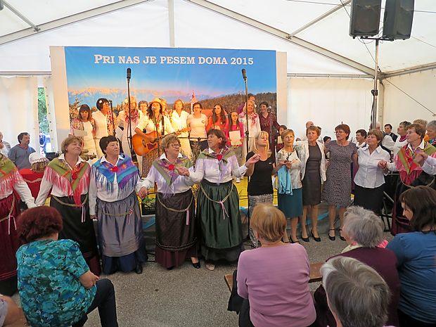 Jubilejno prireditev Pri nas je pesem doma so   zaključile vse skupine skupaj s poslušalci, ki jih je povedla Marjetka Popovska.