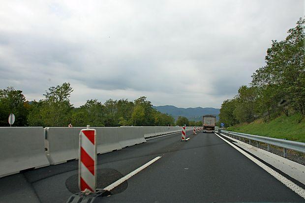 V teh dneh se bo končala obnova prvega dela vipavske hitre  ceste, najverjetneje jo bodo nadaljevali spomladi.