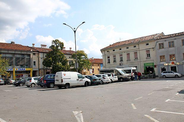 ...  nadaljevali pa  v osrednjem delu Lavričevega trga in v  Gregorčičevi ulici.