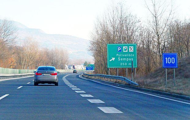 Dars bo zamenjal tudi zelene table med Vrtojbo in Selom, ki voznikom sporočajo, da  vozijo po  avtocesti, kjer je  dovoljena hitrost 130 kilometrov na uro. Treba bo voziti počasneje.