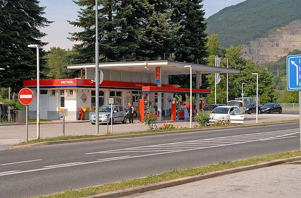 Nad pošto na bencinskem servisu nekateri jamrajo, uradnih pritožb pa  ni.