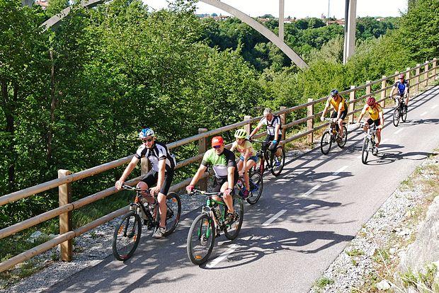 Goriška je kolesarila  med Solkanom in Plavami.