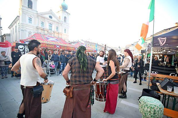 Med številnimi nastopi in spremljajočimi dogodki so bili tudi  škotski zvoki na osrednjem trgu, Travniku, kjer so dobrote, ter  seveda pivo, ponujale Irska, Škotska in Anglija.