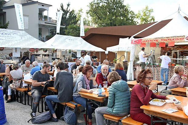 Okusi ob meji so kraj idealnega sobivanja, kjer vsakršno politično ali ideološko razliko povozi  skupno uživanje v dobri hrani. Izraelska stojnicaje bila tik ob turški.