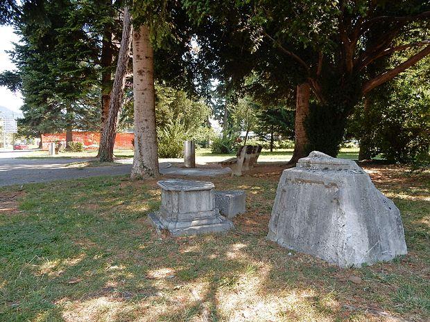 Nagrobna kamna v parku pri avtobusni postaji v centru mesta  sta še danes vidna  ostanka  nekdanjega pokopališča.