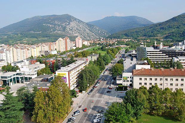 ... danes je, razen travnika med Gradnikovo in Kidričevo,  že  gosto pozidano.