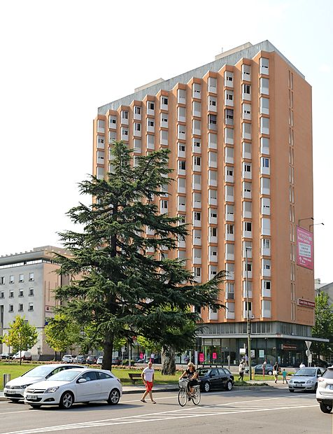 Zadnjih deset let je fasada oranžne barve.
