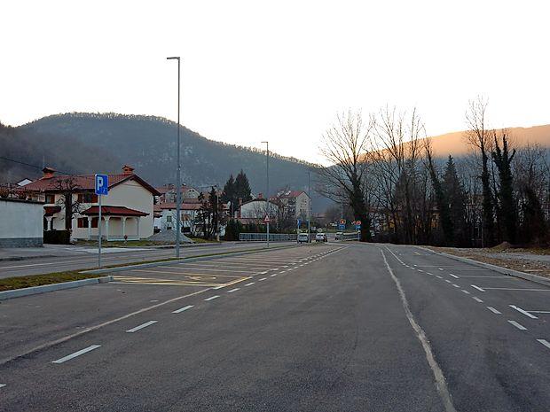 Prostor, ki so si ga tovornjakarji pravzaprav kar vzeli za  parkiranje, je zdaj vsaj urejen. Postanki s težkimi vozili čez  noč tam  niso dovoljeni.