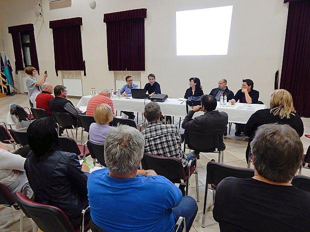 Predstavniki občine in komisije so v Šempasu začeli niz delavnic, s katerimi ljudem  predstavljajo, kako lahko predlagajo in izberejo ideje in projekte na svojih območjih.
