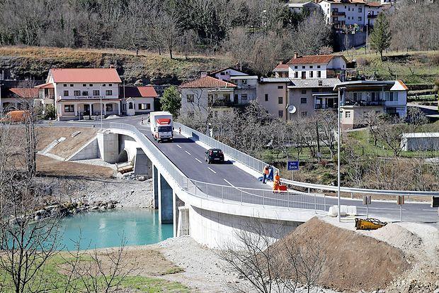 V Plavah je promet čez most že sproščen, v Klužah pa bo v kratkem, napovedujejo na direkciji.