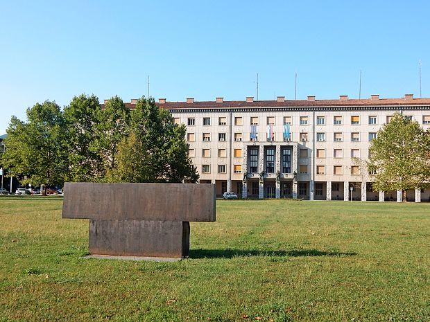Na pokopališče se navezuje Počivavškova skulptura na travniku pred  mestno hišo. Prav na tem travniku je bil park  pokopališča.