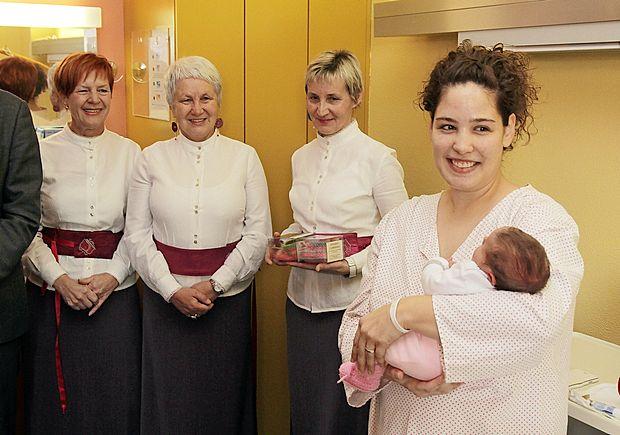 Nekaj minut po deveti uri zjutraj se je v šempetrski porodnišnici rodila Lana, prvi otrok na Primorskem v letu  2017.