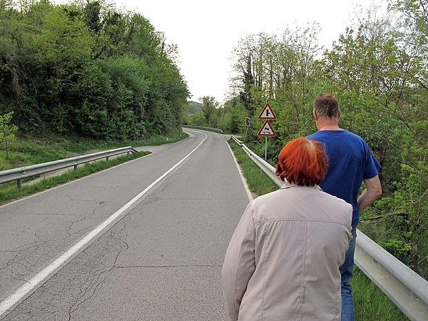 Da ljudje iz Saksida pridejo v Novo Gorico z avtobusom,  morajo naprej pešačiti po robu vozišča in ob varovalni  ograji.