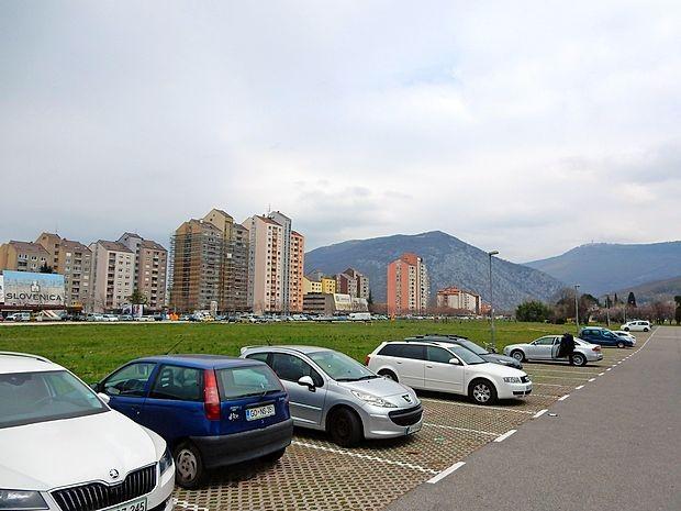 Lega in površine so idealne za velik urbani park, ki ga Nova  Gorica nima, so prepričani mnogi. Na občini niso navdušeni,  širše javne razprave na to temo pa doslej še ni bilo.