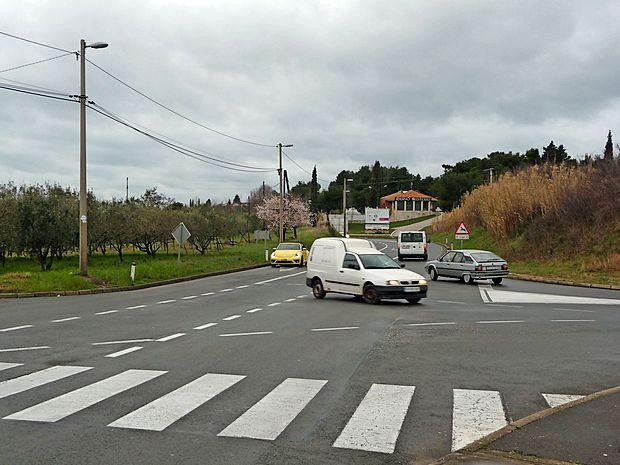 Križišče na Belvederju bo kmalu krožišče. Cesto nameravajo   razširiti proti oljčniku.