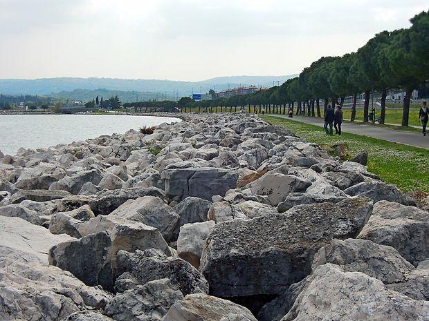 Po načrtih naj bi skalomet premaknili bolj v morje, pridobljene  površine pa ozelenili in namenili kopalcem in rekreativcem.