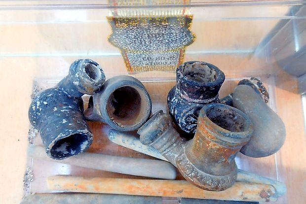 Glinaste pipe za enkratno uporabo, nekatere v obliki škornja  in glazirane z rastlinskim okrasjem, imajo tudi keramične  ustnike.  janez janežič