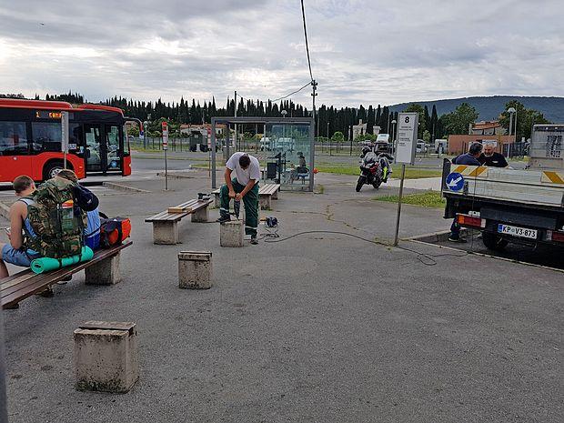 Dan po našem spraševanju, kaj vse je narobe na glavni   avtobusni postaji, smo tam opazili delavce Marjetice Koper,  ki so poskrbeli za sanacijo najnujnejšega.