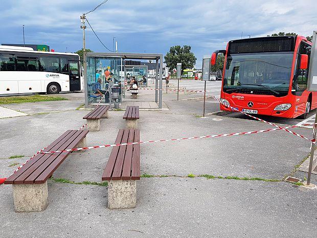 Tudi klopce, ki so bile ob našem prvem obisku avtobusne postaje povsem dotrajane in deloma  uničene, so zdaj že na novo prebarvane, poškodovane lesene letve pa so nadomestili z novimi.
