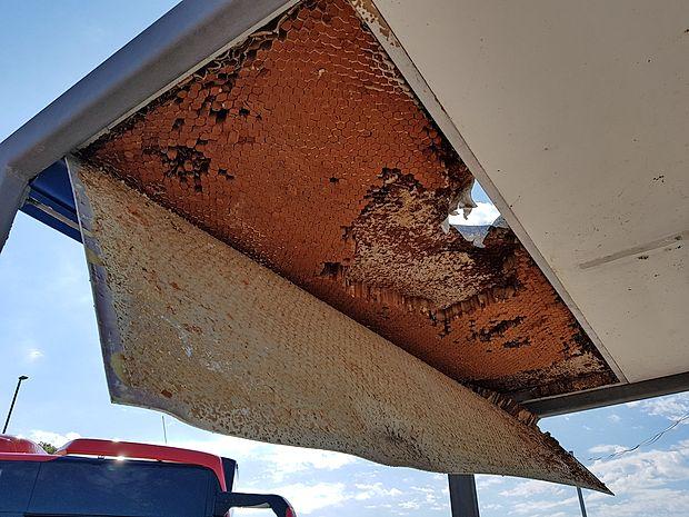 Pred kratkim so se vandali znesli nad eno od čakalnic in  polomili del stropa ter izruvali razsvetljavo z inštalacijami  vred. Delavci koprske  Marjetice so strop že popravili in  nevarno visečo luč odstranili.