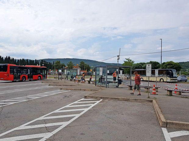 Avtobusni peroni s čakalnicami so se zataknili v časovni zanki  nekje na prelomu osemdesetih let prejšnjega stoletja.
