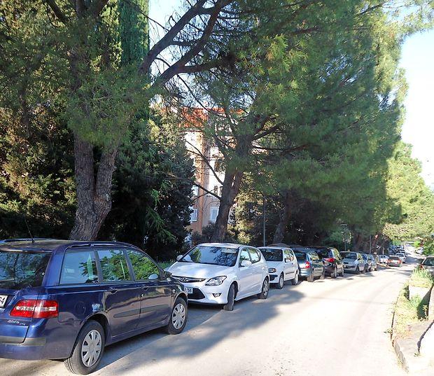 Vzdolž Ceste na Markovec bodo v sredo začeli urejati  parkirišča za avtomobile in motorna kolesa.
