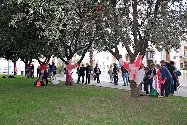 Ustvarjalne roke so z rožnatimi izdelki okrasile drevesa v parku pri koprski tržnici.