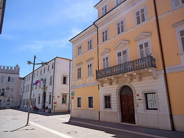 Vse manj verjetno je, da se bo italijanski konzulat v  prihodnje  preselil v  palačo Pizzarello-Palma (desno) nad Obalnimi  lekarnami.