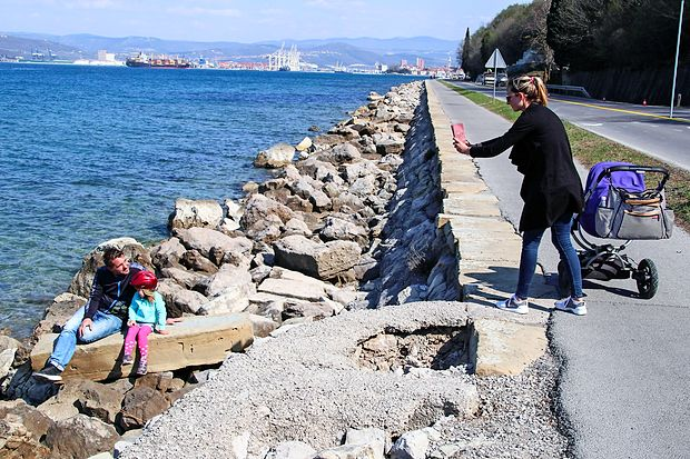 Skalomet ob obali med Žusterno in Izolo bo najverjetneje že  prihodnjo turistično sezono prijaznejši do kopalcev.