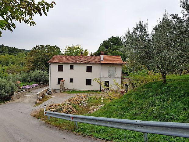 Uradnik na koprski upravni enoti Sead Muharemović priznava,  da za hišo na Škofijah nima vseh dovoljenj. Neskladno  gradnjo je prijavil leta 1993 po takratnem Jazbinškovem  zakonu o legalizaciji objektov.