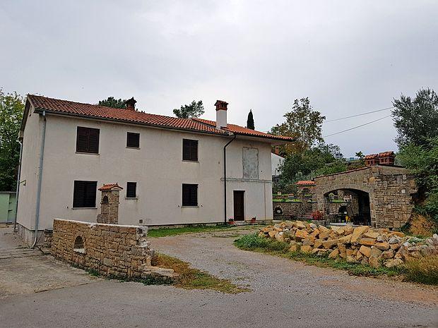 57 kvadratnih metrov je merila Muharemovićeva hiša ob  nakupu, zdaj pa njena površina presega 138 kvadratnih  metrov.