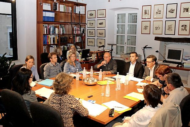 Konstitutivna seja izolske samoupravne italijanske skupnosti. V  ozadju z desne je videti novega predsednika Gregoriča in podpredsednika Žižo (predsednik je brez očal).