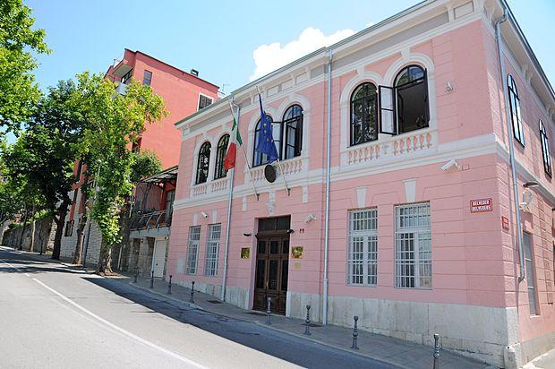 Konzulat že  od leta 1957 domuje v palači Vianello ob vznožju  Belvederja.