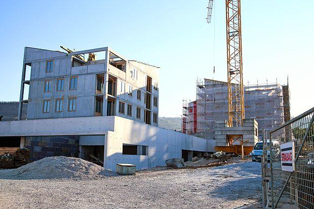 Oskrbovana stanovanja v Livadah, tik ob Južni cesti,  so zasnovali v dveh trinadstropnih  objektih (s pritličjem in   kletjo).   Zraven   raste  center dnevnih aktivnosti za starejše občane.