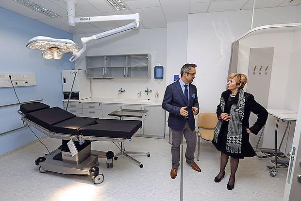 Ministrici Milojki Kolar Celarc je nove urgentne prostore  predstavil  vodja urgentne dejavnosti Peter Golob.