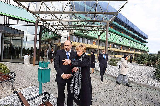 Od 31. marca bo imela  bolnišnica nov glavni vhod (skrajno  levo), ki se nahaja pod porodnišnico. S tem bodo pridobili za  450 kvadratnih metrov dodatnih površin, vendar morajo za  njihovo ureditev zbrati še 42.000 od skupaj   450.000 evrov.