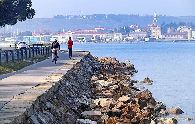 Rekreativci so doslej imeli Parenzano, poslej jo bodo imeli  pešci, ki jim bo skupaj z rolkarji pripadel tudi   vozni pas ob  morju, vozni pas ob  brežini pa bo namenjen kolesarjem in  petindvajsetkam.
