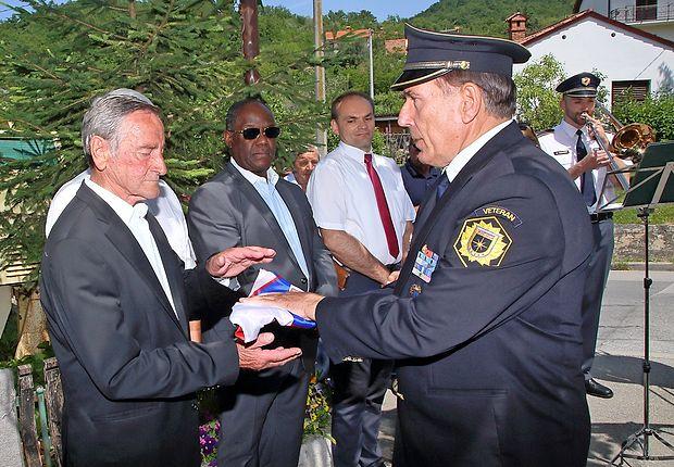Gvido Mahnič (levo) in predsednik policijskega veteranskega  društva Sever za Primorsko in Notranjsko Fabio Steffe.