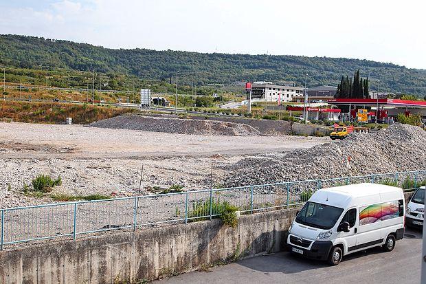 Zemljišče ob  velikem izolskem krožišču ob hitri cesti Koper-Izola še kar sameva.