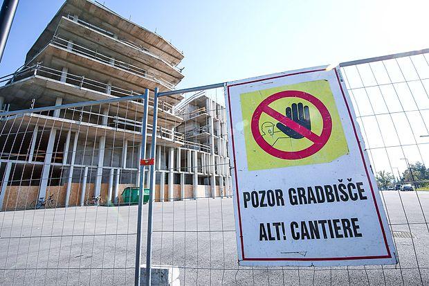 Kovinska ograja, s katero so delavci Grafista te dni zaprli  dostop do večnamenskega objekta na Bonifiki, nakazuje, da  se bodo dela končno nadaljevala.