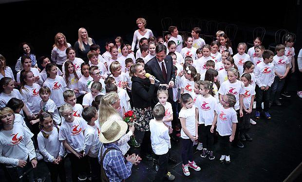 V družbi učencev in predsednika Boruta Pahorja je zapela tudi Anika Horvat.