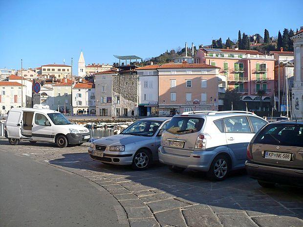 Parkiranje v starem mestnem jedru  povzroča Pirančanom  največ težav.