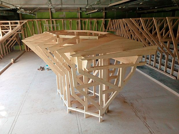 V dvorani trenutno postavljajo lesene konstrukcije, na katere  bodo pripeli plezalne stene.